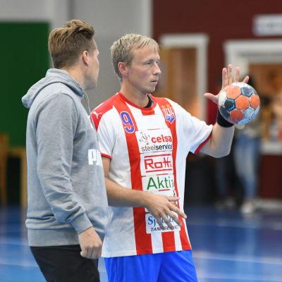 Jac Karlsson och BK-46-tränaren Andreas Rönnberg.