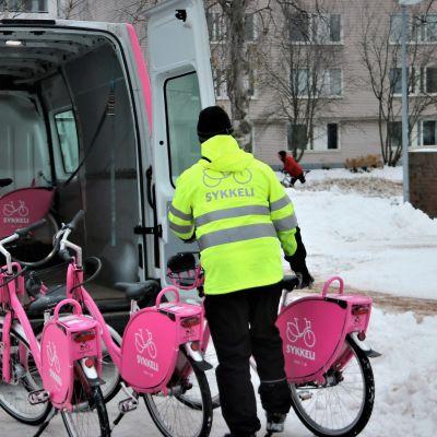 Oulun kaupunkipyörät, sykkelit kerätään talveksi varastoon.