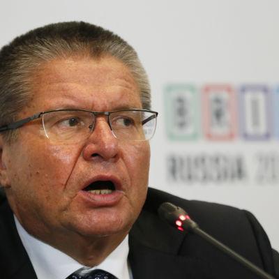 Rysslands ekonomiminister Alexej Uljukajev kommer att ställas inför rätta misstänkt för att ha tagit emot mutor