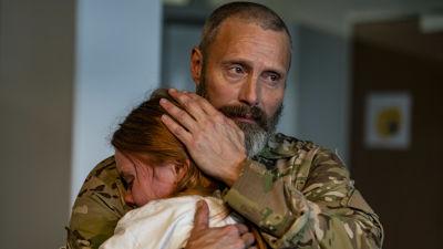 Markus (Mads Mikkelsen) kramar om sin dotter Mathilde (Andrea Heick Gadeberg).