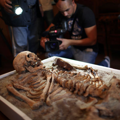 Ett skelett vars bröst har spetsats med ett stålrör vilket anses ha varit den bulgariska metoden att ta kål på vampyrer under medeltiden.