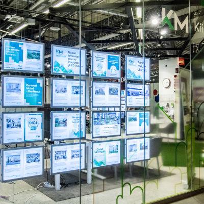 Kiinteistömaailman ikkuna täynnä asuntoilmoituksia.
