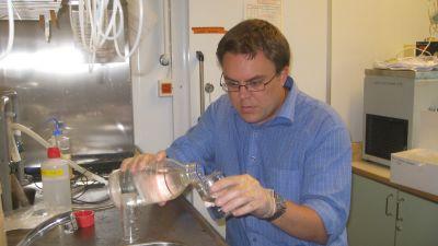 forskare filtrerar djurplankton