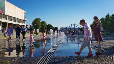 Sommarvärmen lockar ut stadsborna i Moskva. Här leker barn vid små fontäner.
