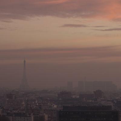 Smogen ligger tung över Paris.
