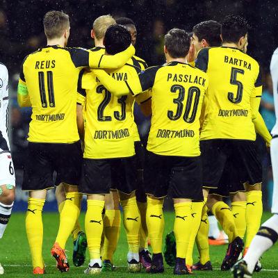 Borussia Dortmunds spelare jublar över ett av lagets 8 (!) mål mot Legia Warszawa.