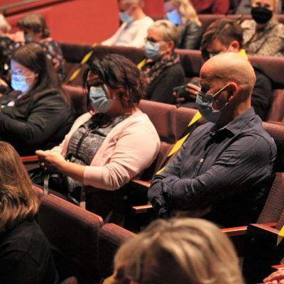 Yleisö odottaa Saikkua, kiitos! -näytelmän alkamista Mikkelin teatterissa lokakuussa 2020. Katsojilla kasvomaskit päässä.