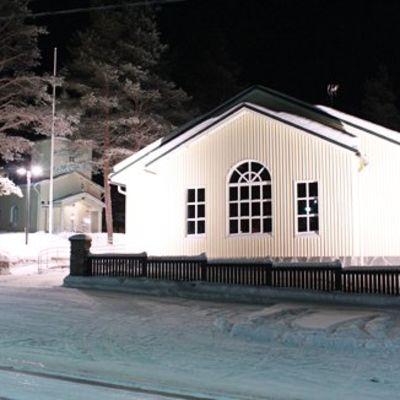 Ortodoksien pyhän apostolin Andreaksen kirkko (takana) ja Petsamo-sali Rovaniemen Ounasvaaralla