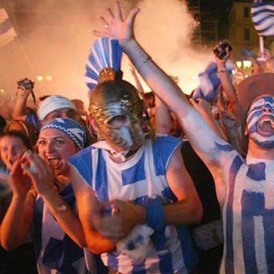 Kreikan fanit juhlivat maansa voittoa jalkapallon EM-kisoissa