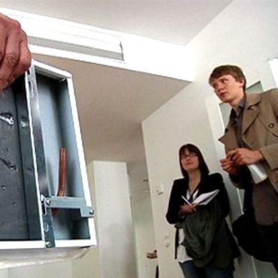 Kaukokylmä jäähdyttää asuntoja esimerkiksi kattoon asennettavalla kylmäpaneelilla