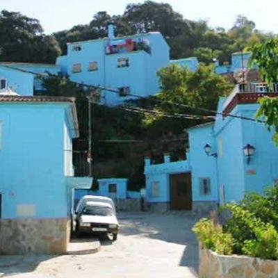Júzcarin kylä Andalusiassa maalattiin smurffinsiniseksi Smurffit 2 -elokuvan promootiota varten.