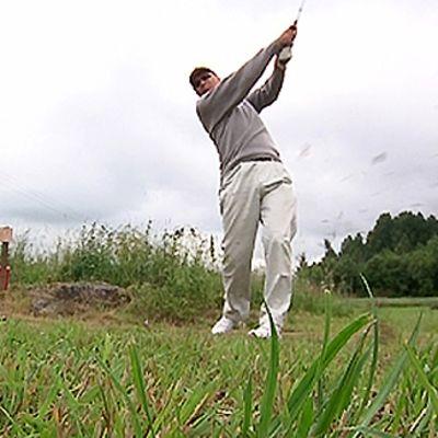 Pelaaja golfkentällä.