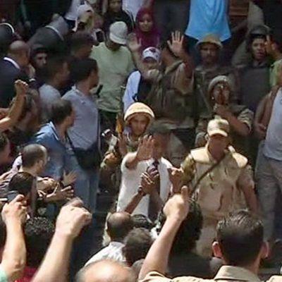 Egyptin armeija evakuoi naisia Kairon keskustan moskeijasta.