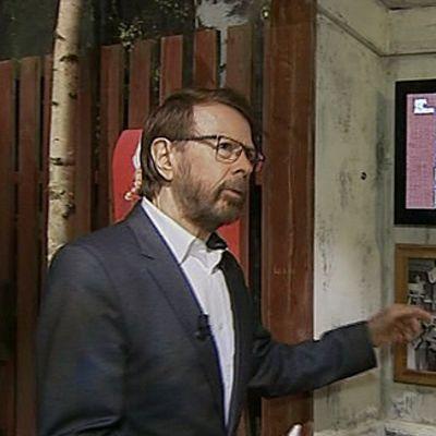 Abban Björn Ulvaeus esittelemässä toimittajalle uutta Abba-museota.