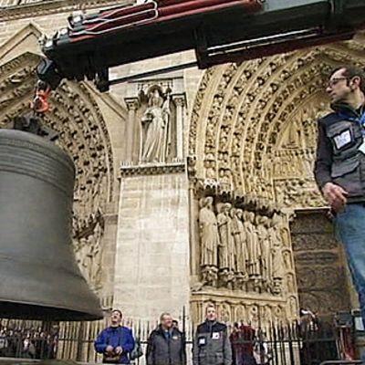 Pariisilaisen Notre Dame -kirkon uusia kelloja nostetaan kuljetusauton kyydistä.