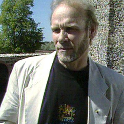 Jorma Hynninen haastateltavana vuonna 1994.