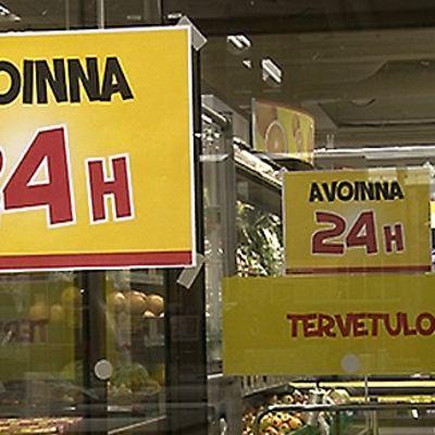 Lappu kaupan ovessa kertoo, että ostoksille pääsee ympäri vuorokauden