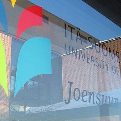 Itä-Suomen yliopiston logo ikkunassa.