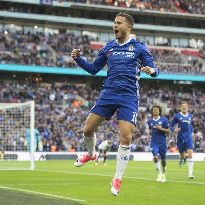 Eden Hazard hoppar och firar mål