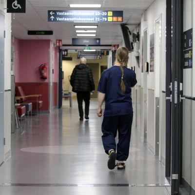 Sairaanhoitaja kävelee Mikkelin keskussairaalan käytävällä.