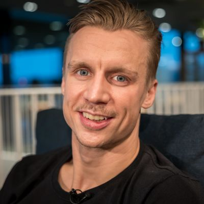 Jussi Olkinuora haastattelussa Helsingin Tripla kauppakeskuksessa