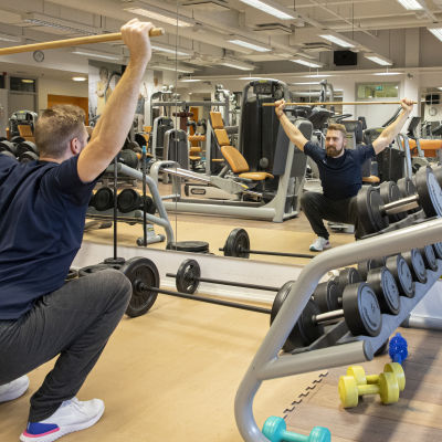 Fysioterapeutti Antti Ruokonen tekemässä valakyykkyä.