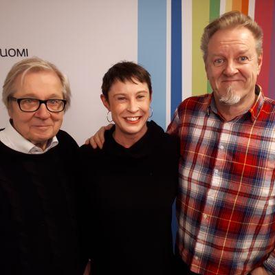 Markku Veijalainen, Laura Sippola ja Josper Knutas seisovat Radio Suomen tunnuksen edessä
