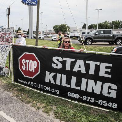 Demonstranter samlades för att protestera mot dödsstraffet utanför fängelset i Terre Haute i juli i år.