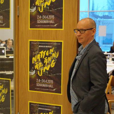 Erik Norberg har skrivit librettot till musikalen natten är ännu ung.