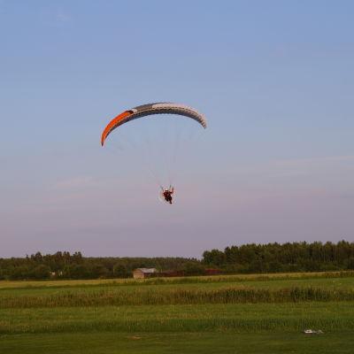 Conny Kurula flyger över ängen i Karby.
