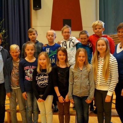 Elever och lärarna Siv martelin och Sonja Finell är redo för Stafettkarnevalen.