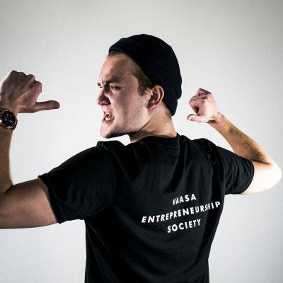 Simon Mittler som bär en tröja där der står Vaasa Entrepreneurship Society.