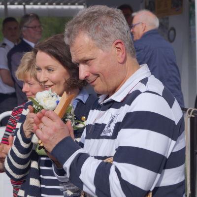 President Sauli Niinistö med fru Jenni Haukio på besök i Karleby.