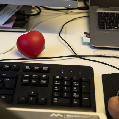 Sydämenmuotoinen stressipallo Sari Suikkasen työpöydällä.