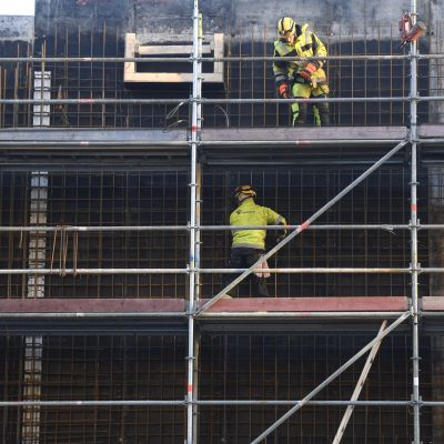 Byggarbetare arbetar med det nya köpcentret Tripla i Helsingfors.