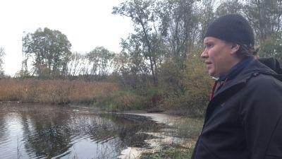Niklas Brandt är bekymrad: ån rinner igenom vassen på bara en och en halv meter.