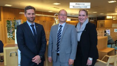 Vice-regionchef Miikka Salminen, Kimitokontorets chef Fredrik Lindblom och Pargaskontorets chef Tiina Lahtonen.