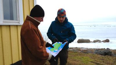 Jens Lågas och Jonas Östberg håller i en karta som visar hur stort det nya fredade området utanför Molpe ska bli. Det täcker i princip hela kusten.