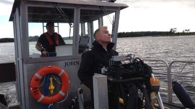 Stefan Häggback styr kranen med vilken remmarna sänks ner i vattnet.