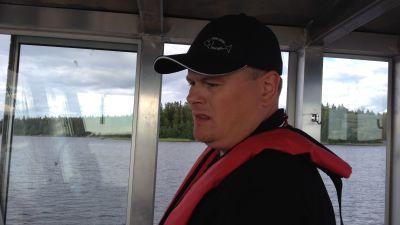Stefan Råback har fullt upp med att styra båten till exakt rätt plats.