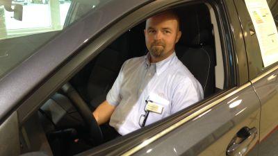 Bilförsäljare Kaj Johansson på bilaffär Nystedt i Karleby