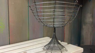 Metalltrådsskål med fot.
