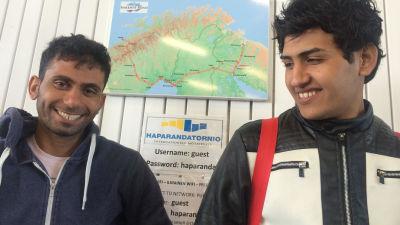 Irakier väntar på buss till Malmö i Torneå.
