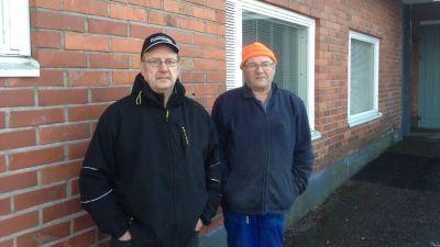 Sten Lindgren och Henrik Sjölund utanför hälsostationen i Mörskom.