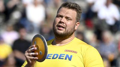 Daniel Ståhl gör sig beredd för att kasta i Sverigekampen.