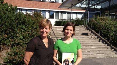 Modersmålslärarna Annette Granvik, t.h. och Anne Ahlqvist t.v. i Helsinge skola håller i den nya boken Skolspråk och lärande