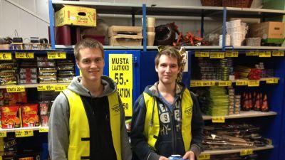 Anton och Caijus Ahlroth säljer raketer i Esboviken