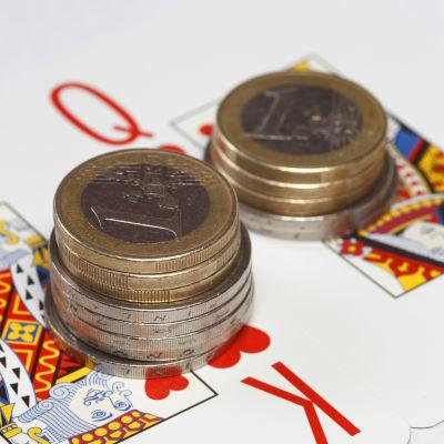 Staplar av mynt på hjärter kung och hjärter dam.
