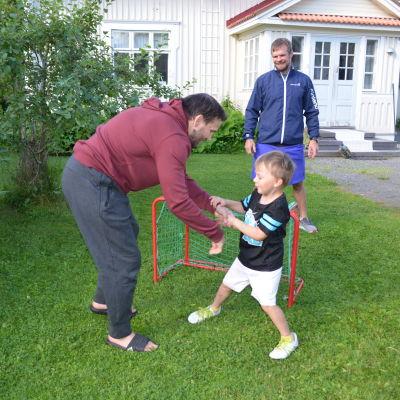 Nelivuotias Julius haastaa isänsä, olympiapainija Jarkko Ala-Huikun tämän tuosta nurmikkopainiin. Erotuomarin tehtäviin pääsi toinen ilmajokelainen olympiapainija Tero Välimäki.