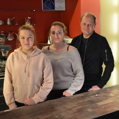 Sandra Tolkki, Janina Ulander och Sam Grönstrand.